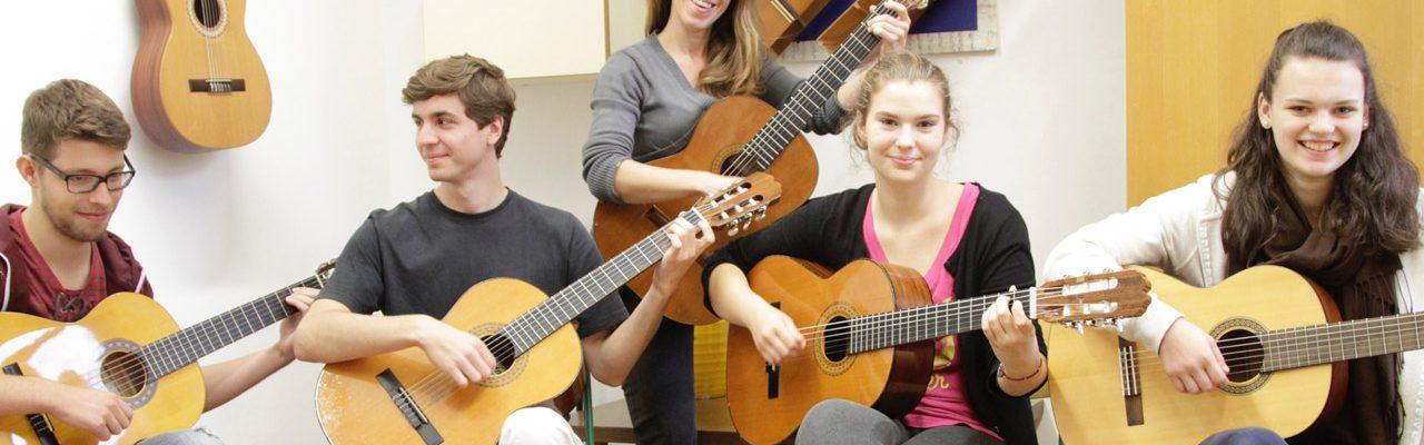 Jugendliche beim Gitarre spielen